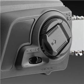 Tendizatena senza uso di utensili Tensionamento della catena facile e veloce e montaggio della barra e della catena senza l'uso di attrezzi.