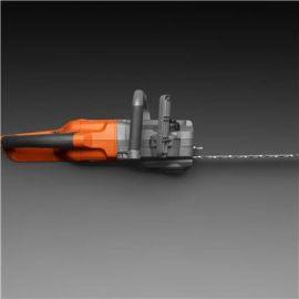 Facile da maneggiare Il motore è posizionato in senso longitudinale, così l'elettrosega è affusolata e facile da maneggiare.