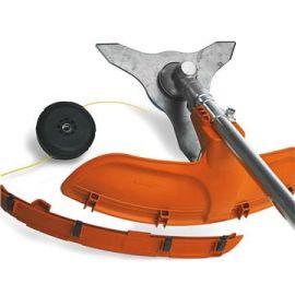 Protezione Combi La protezione combinata del gruppo di taglio può essere utilizzata sia con un disco per erba che con una testina a filo.